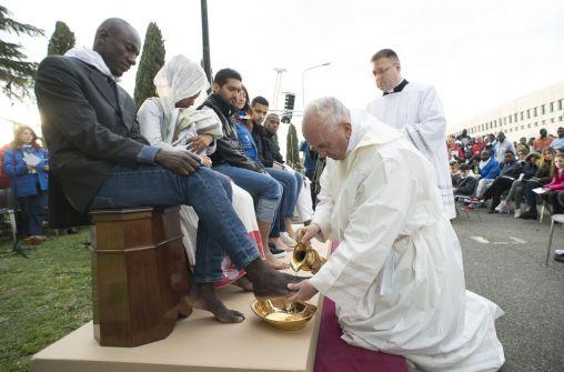 trhumc - Pave Frans vasker og kysser føttene til muslimske, hinduistiske og kristne flyktninger i et iktaliensk flyktningesenter